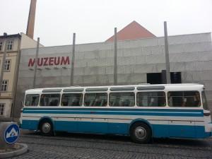 autobus pred vchodem